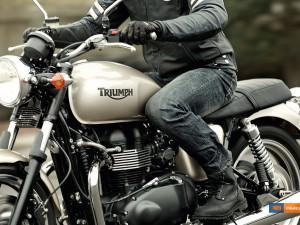 Triumph Bonneville 900 - click on the image