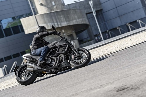 2016-Ducati-Diavel-Carbon-08